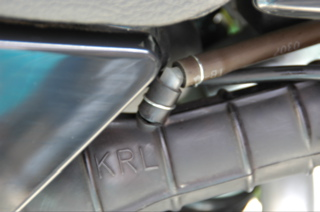 XR100M-エアークリーナーチューブの裂け目